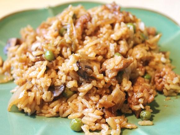 Бурий рис з грибами і овочами