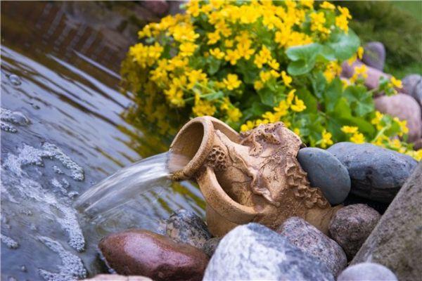 Дачный водоем с оригинальным фонтаном