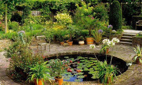 Пейзажный садовый водоем с интересным декором