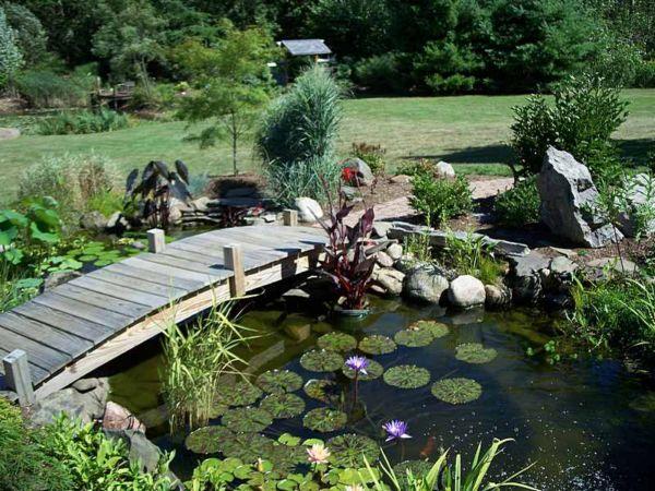 Стилизация под сельский пруд с деревянным арочным мостиком