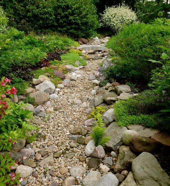 Водоем из камней – популярный прием создания уголка для спокойного отдыха