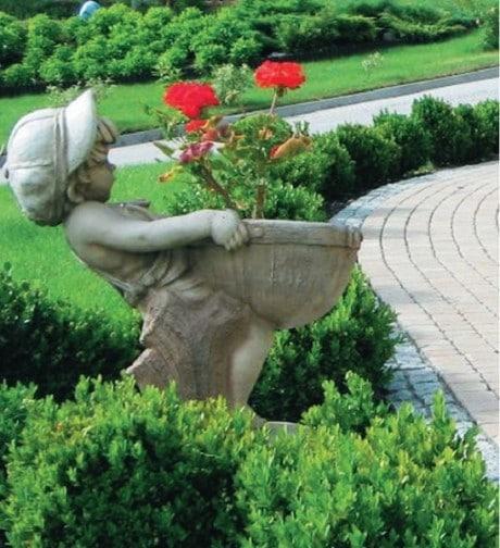 каменный мальчик с вазоном для цветов