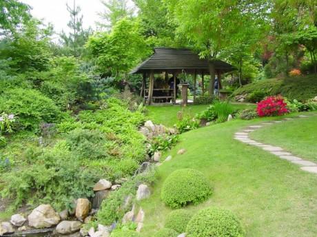 зона отдыха устроена в саду