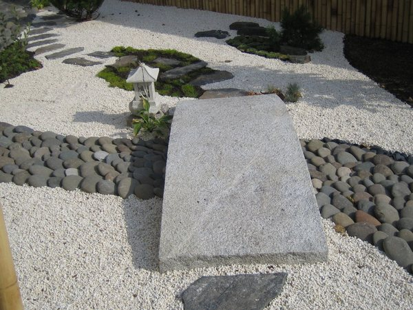 Остатки стройматериалов приходятся очень кстати при оформлении ручья из камней