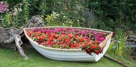 замечательная идея: цветник в лодке на дачном участке