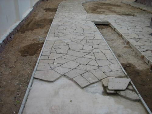 Укладка плитняка на бетонную основу