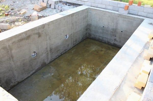 После застывания бетона опалубка демонтируется